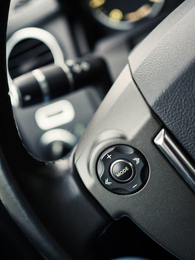 Detaljer på styrninghjulet av bilen arkivfoto
