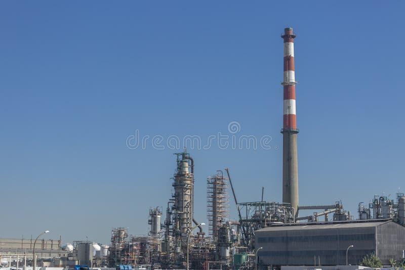 Detaljerad delsikt, industriellt komplex av oljeraffinaderiet arkivbilder
