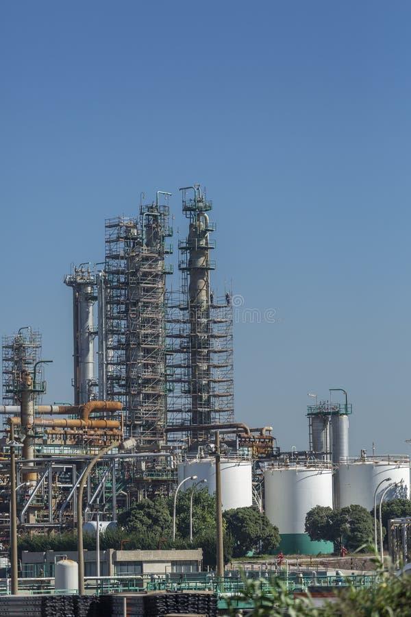 Detaljerad delsikt, industriellt komplex av oljeraffinaderiet royaltyfria foton
