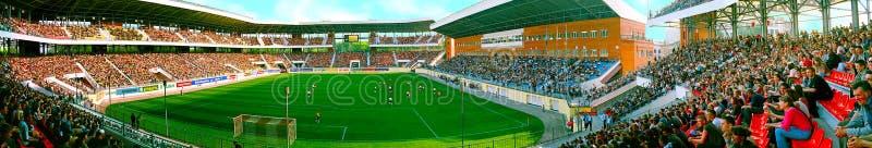 Detaljerad perspektivpanorama av fotbollsarenajubileet/Yuvileiny fyllde med fans under dag för fotbolllek i Sumy, Ukraina arkivbilder