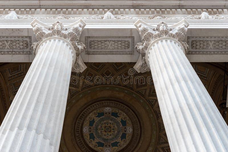 Detaljerad sikt av den arkitektoniska kolonnen för romersk stil royaltyfria bilder