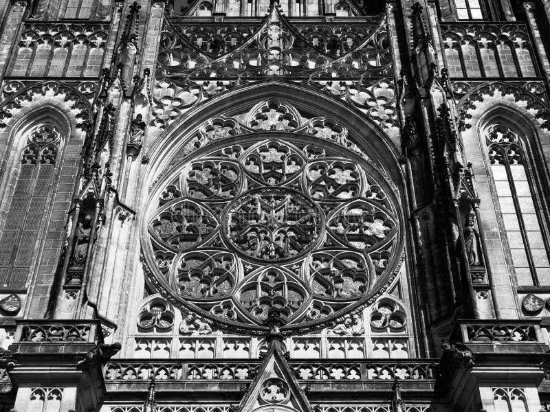 Detaljerad sikt på gotiskt rosa fönster av St Vitus Cathedral i Prague, Tjeckien royaltyfri bild