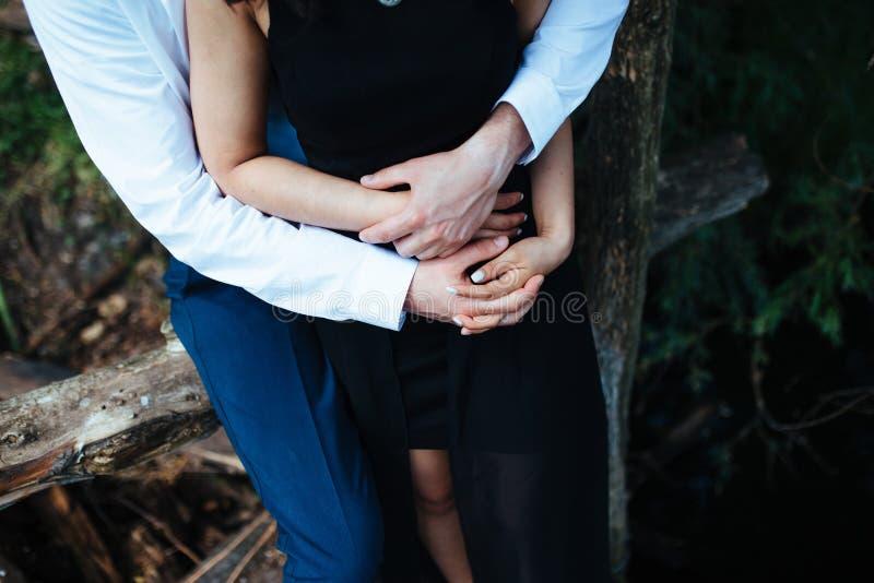 Detaljerat foto av ett ungt lyckligt par fotografering för bildbyråer
