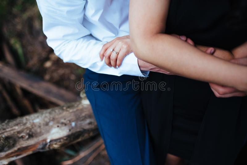 Detaljerat foto av ett ungt lyckligt par royaltyfri foto