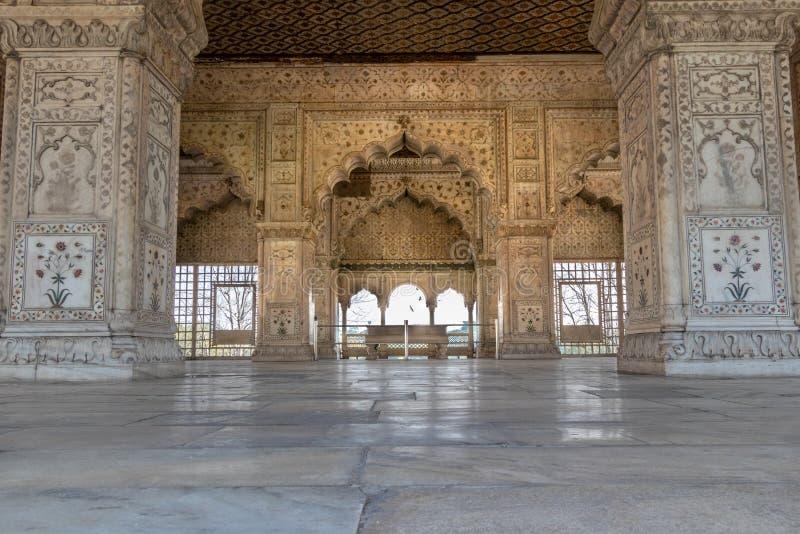 Detaljerna av invecklade carvings ringde omkring Mahal inom rött fort i Delhi, Indien arkivfoto