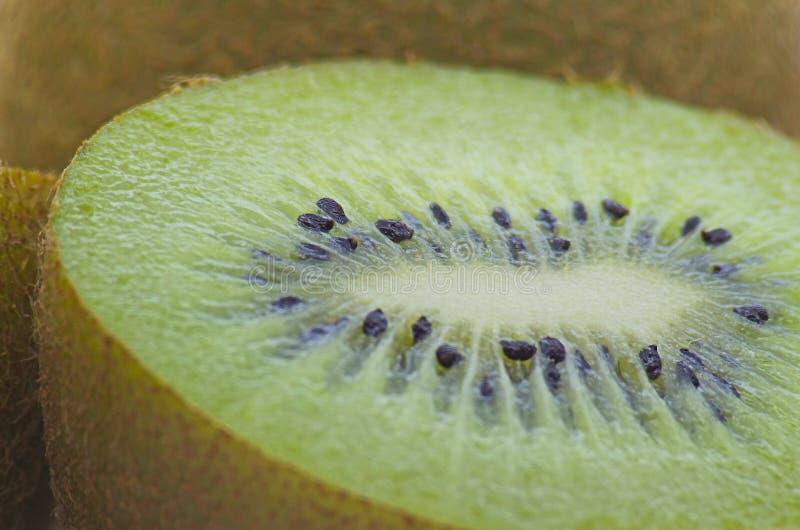 Detaljfoto av kiwi som klipps i halvor royaltyfri foto