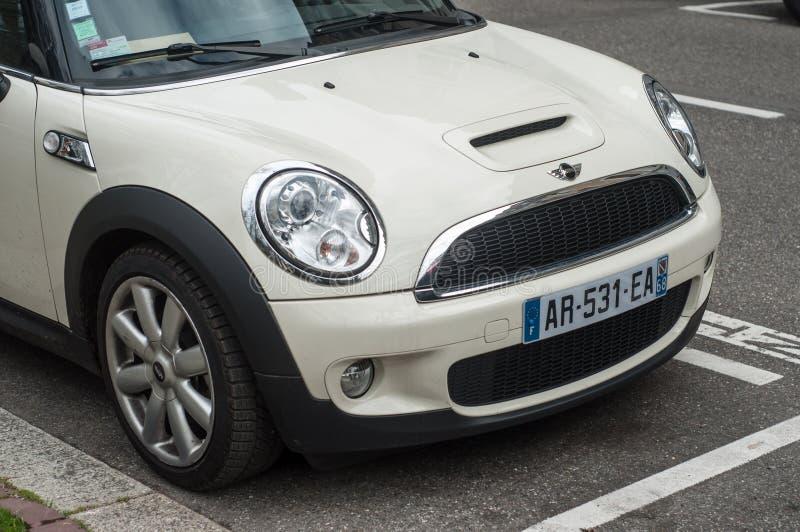 Detaljhandel av den vita austin tunnbindaren som parkeras i gatan arkivfoton
