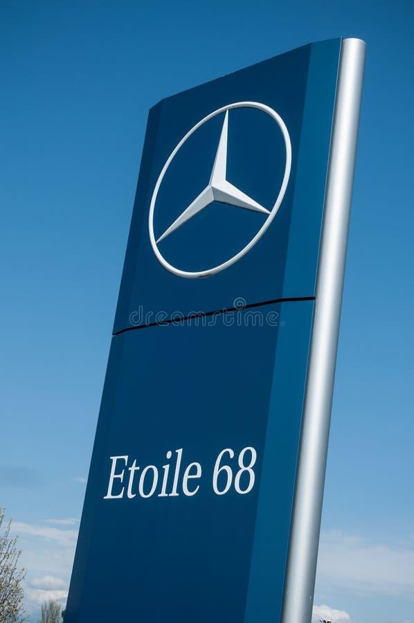 Detaljhandel av logoen av den märkes`-Mercedes `en det tyska märket av bilsignagen på visningslokal för 68 ` för ` etoile det fra arkivfoto
