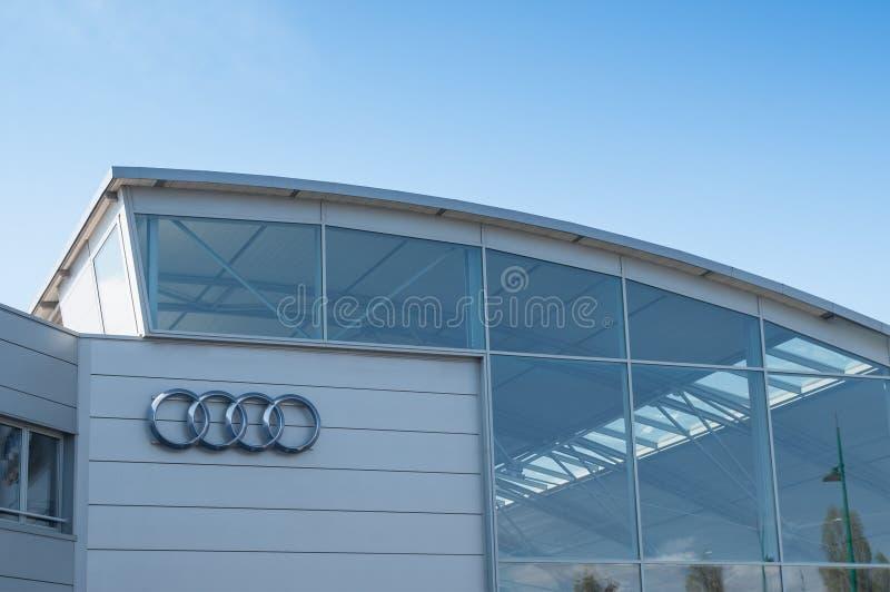 Detaljhandel av logoen av `en för märkes`-audi det tyska märket av bilsignagen på visningslokal royaltyfria bilder