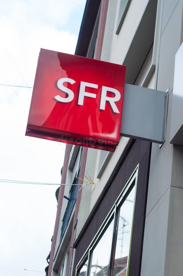 Detaljhandel av logoen av SFR-lagret, den franska telefonoperatören royaltyfria foton