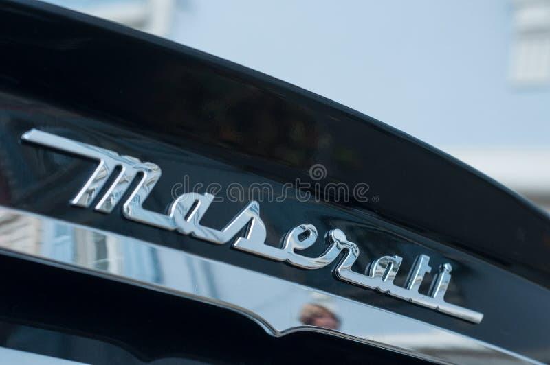 Detaljhandel av maseratigranturismologoen på den svarta sportbilen som parkeras i gatan fotografering för bildbyråer