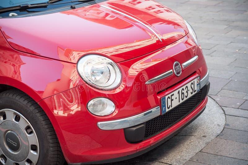 Detaljhandel av röda Fiat 500 som parkeras i gatan arkivbild