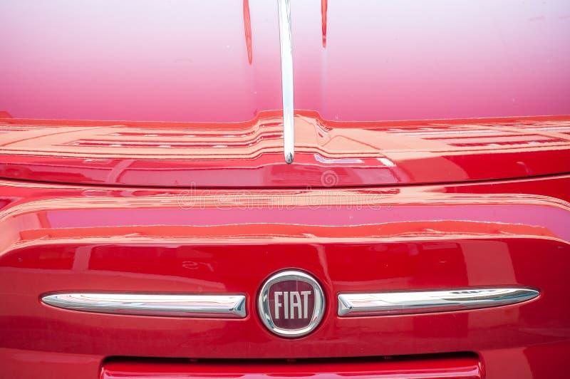 Detaljhandel av röda Fiat 500 som parkeras i gatan arkivfoto