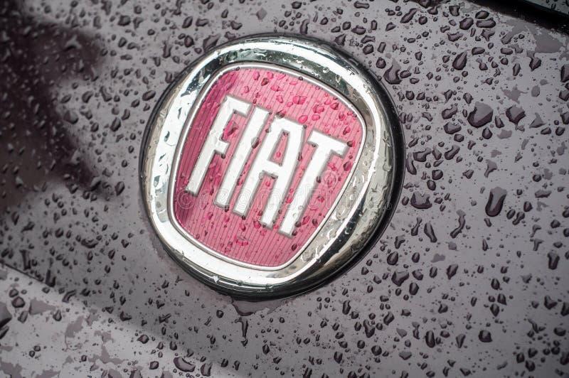 detaljhandel av regn tappar på den fiat logoen på fiat 500 som parkeras i gatan royaltyfri bild