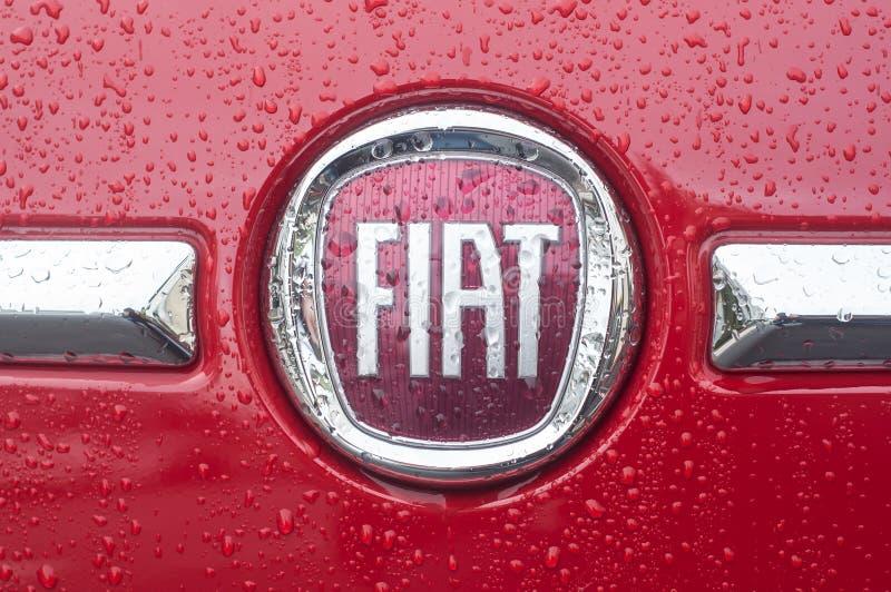 detaljhandel av regn tappar på den fiat logoen på fiat 500 som parkeras i gatan arkivfoton