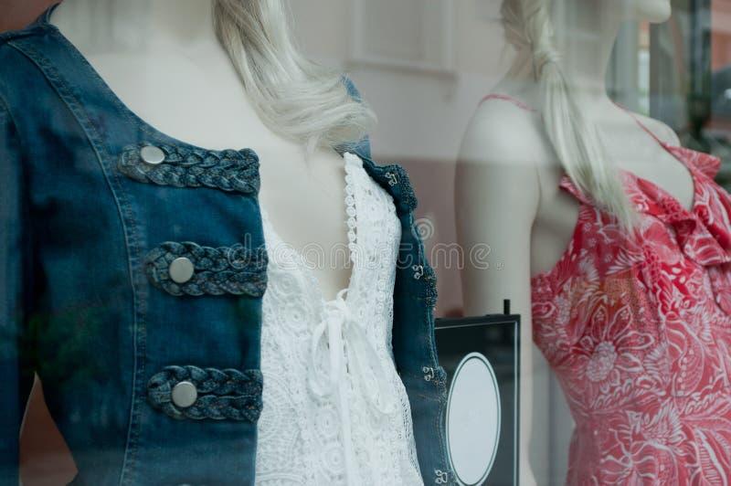 Detaljhandel av skyltdockan i ett lager för kvinnamodeshopping arkivbilder