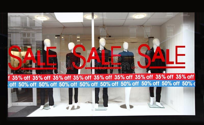 detaljhandelsrean shoppar teckenfönstret royaltyfria foton