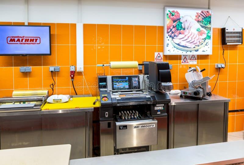 Detaljistutrustning på supermarket Magnit En av laren arkivfoton