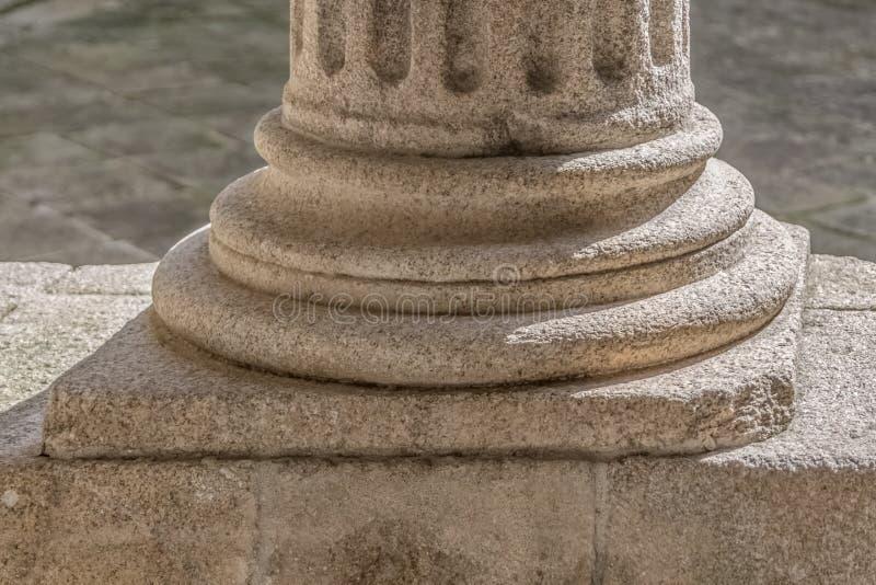 Detaljsikt av en jonisk stilgrundkolonn, romanesquekolonngalleri royaltyfri bild