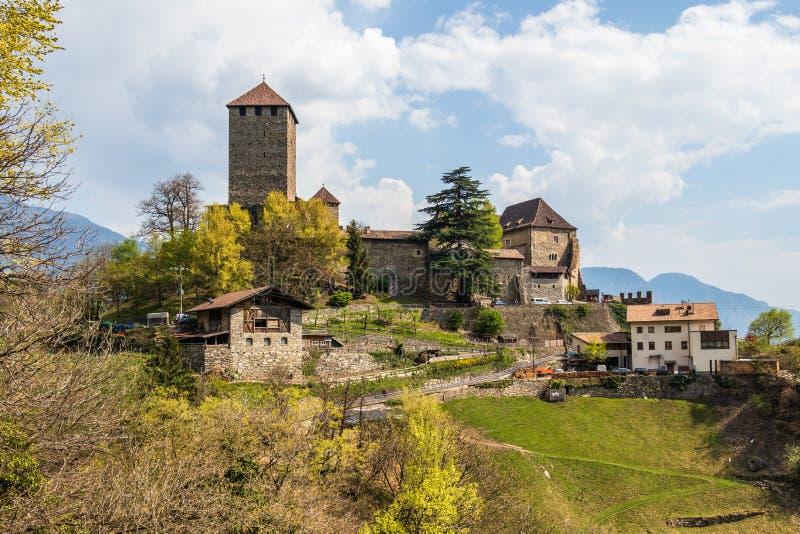 Detaljsikt på den Tyrol slotten på berget och landskap Tirol by, landskap Bolzano, s?dra Tyrol, Italien royaltyfri fotografi