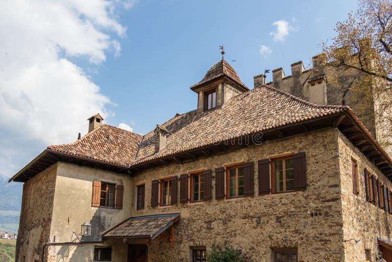 Detaljsikt på slotten Thurnstein Tirol by, landskap Bolzano, s?dra Tyrol, Italien royaltyfri foto