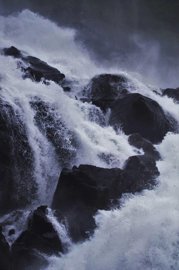 Detaljskottet av en vattenfall och vaggar royaltyfria bilder