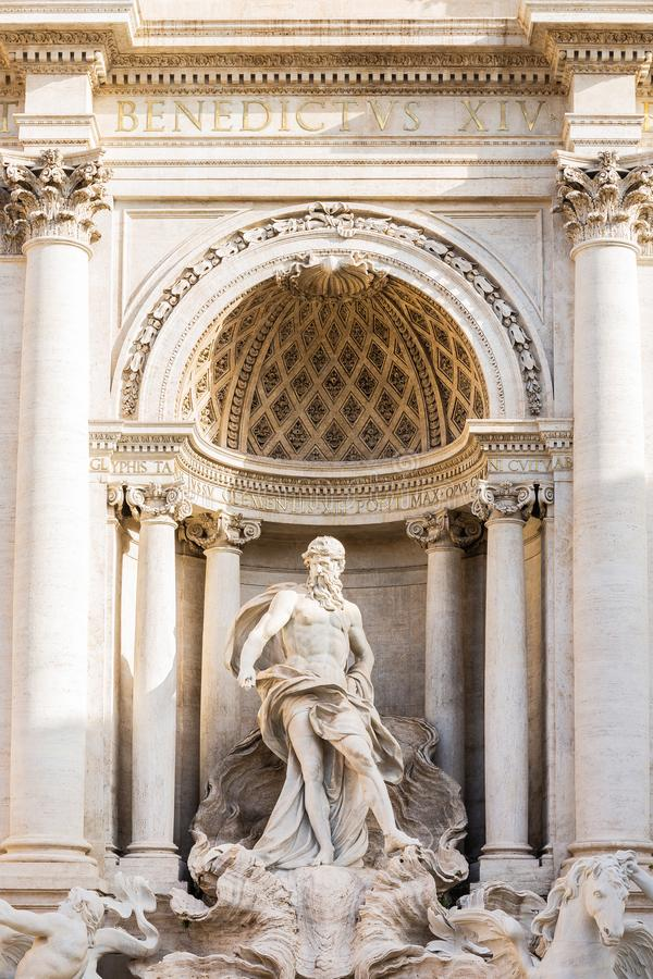 Detaljstaty av det Oceanus anseendet under en triumf- båge, Trevi-springbrunn Fontana di Trevi i Rome, Italien arkivbilder