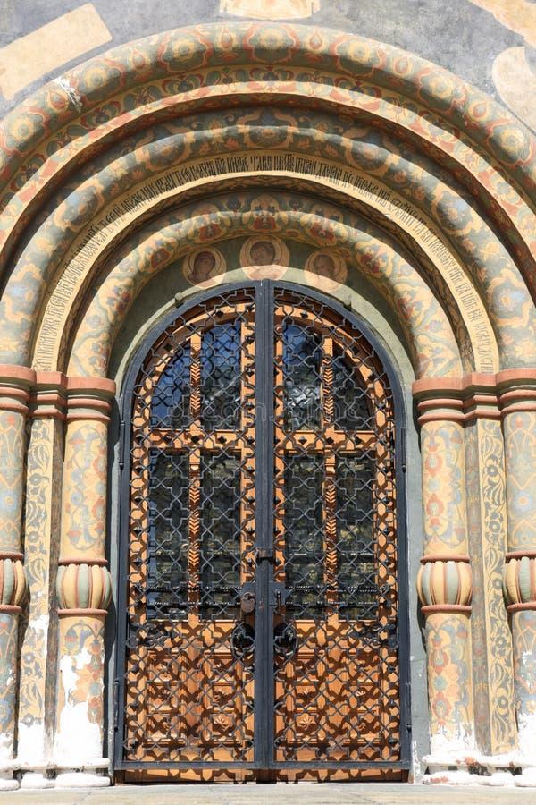 Detalla la puerta de la iglesia ortodoxa imagenes de archivo