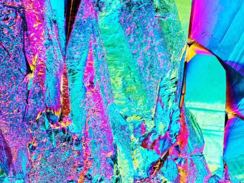 Detalle agudo extremo de la piedra del racimo del cristal de cuarzo de la aureola del arco iris del titanio tomado con la lente m foto de archivo