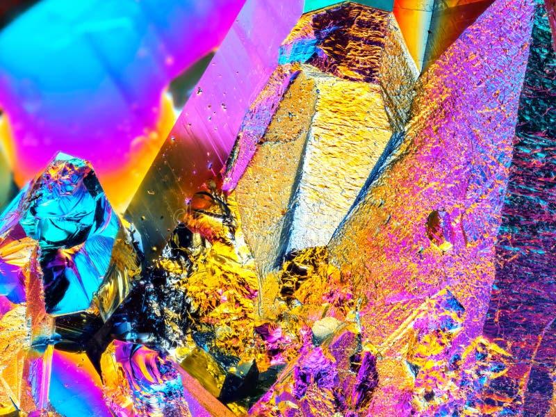 Detalle agudo extremo de la piedra del racimo del cristal de cuarzo de la aureola del arco iris del titanio tomado con la lente m fotos de archivo