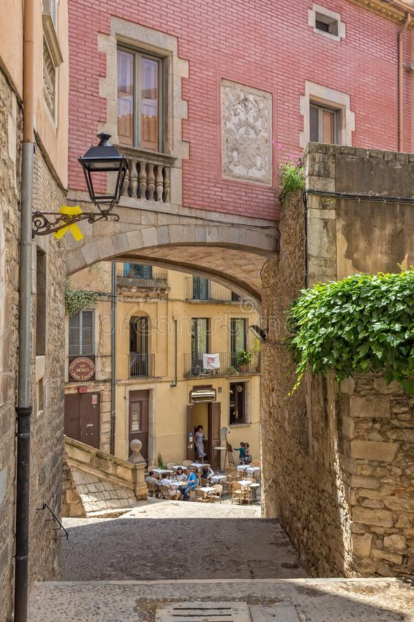Detalle antiguo agradable de la calle en una ciudad española Gerona 29 05 España 2018 imagenes de archivo