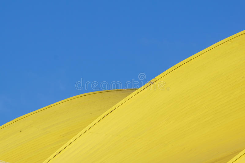 Detalle arquitectónico abstracto arquitectura moderna, los paneles amarillos en fachada del edificio foto de archivo