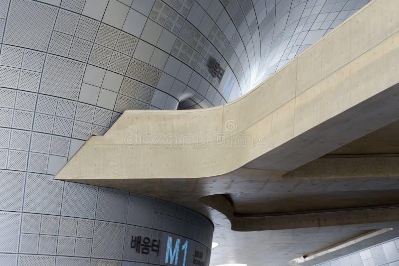 Detalle arquitectónico de la calzada en la plaza del diseño de Dongdaemun imagen de archivo