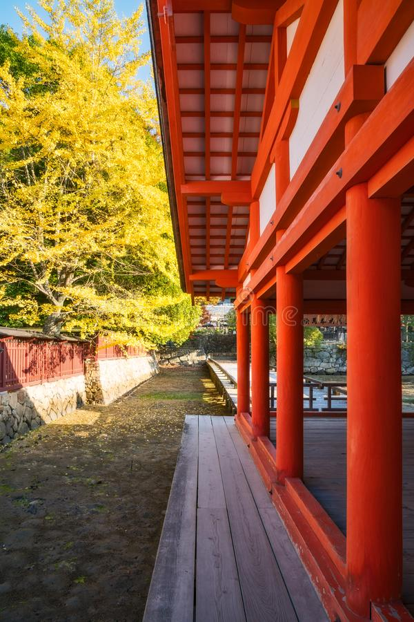 Detalle arquitectónico de la esquina en la capilla de Itsukushima, isla de Miyajima, Japón imagen de archivo libre de regalías