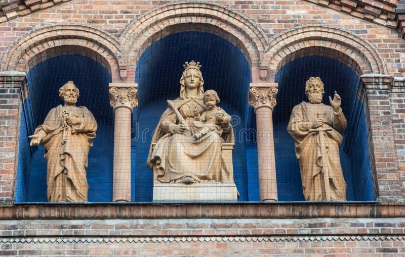 Detalle arquitectónico de la fachada de Roman Catholic Priory Church de San Pedro y de Paul en Potsdam imagenes de archivo