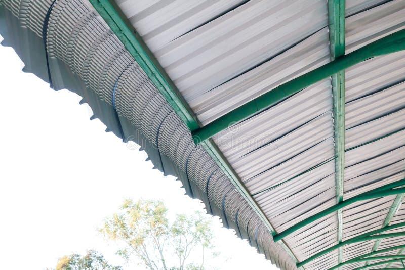 Detalle arquitectónico de la techumbre del metal en la construcción comercial fotografía de archivo libre de regalías
