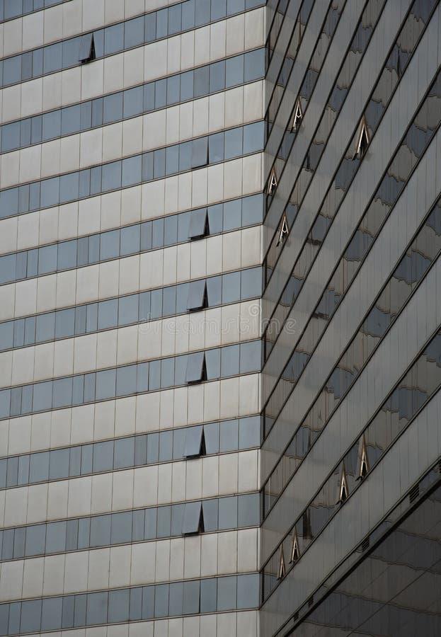 Detalle arquitectónico de un edificio de cristal moderno del rascacielos fotos de archivo libres de regalías