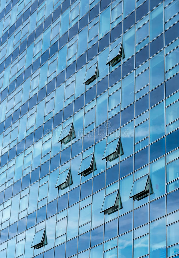 Detalle arquitectónico de un edificio de cristal moderno del rascacielos fotografía de archivo