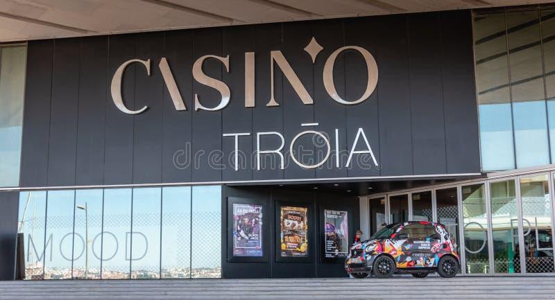 Detalle arquitectónico del casino del puerto deportivo de Troia fotografía de archivo libre de regalías