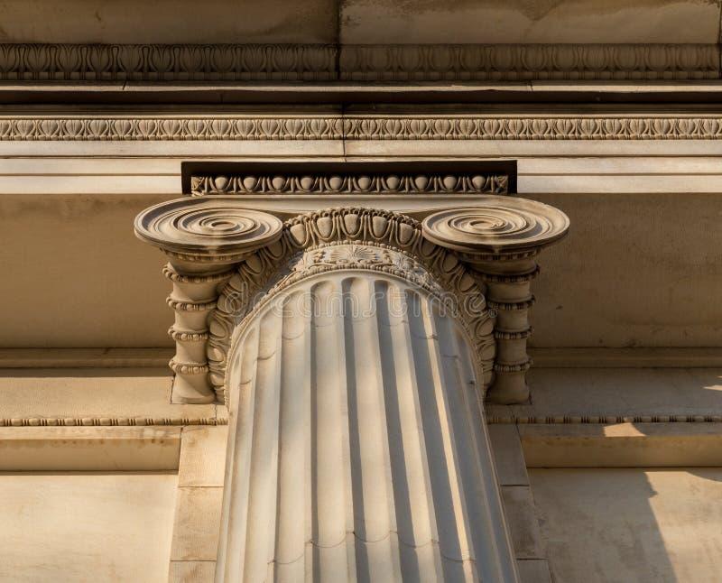 Detalle arquitectónico jónico del capital de columna foto de archivo