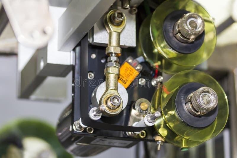 Detalle ascendente cercano de la unidad de empaquetado de la película de plástico de la alimentación del rodillo de máquina autom foto de archivo