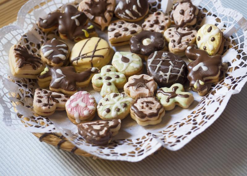 Detalle ascendente cercano de los dulces checos tradicionales de la Navidad o de Pascua, galletas de Linzer rellenas con la merme imagenes de archivo