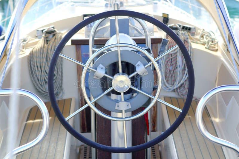 Detalle blanco del barco de vela de la rueda del timón del barco imágenes de archivo libres de regalías