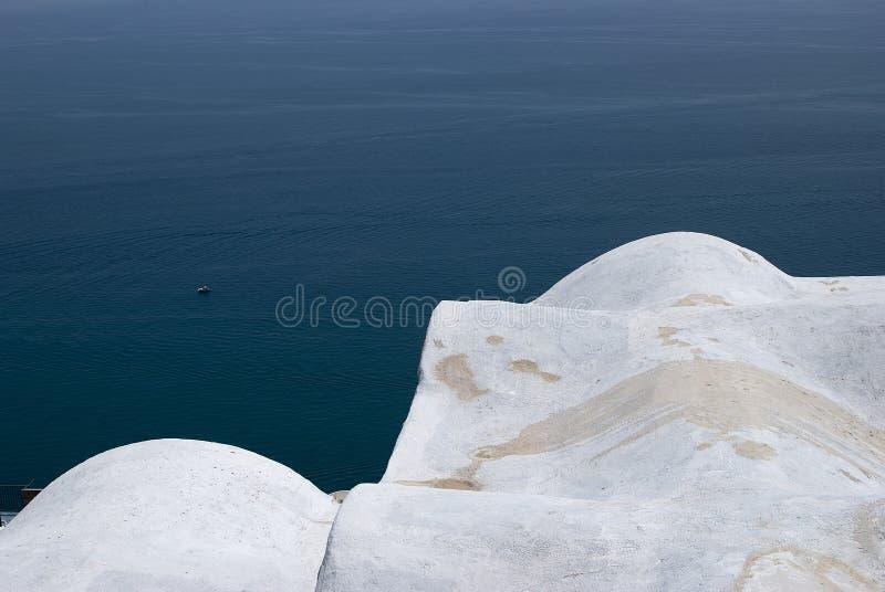Detalle blanco del tejado, construcción típica del cou mediterráneo fotos de archivo libres de regalías