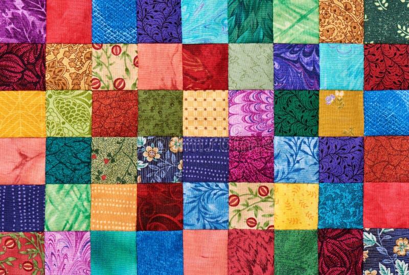 Detalle colorido del edredón cosido de pedazos cuadrados fotografía de archivo