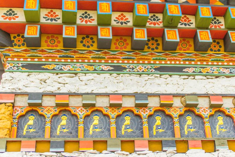 Detalle colorido del tejado del templo de Bhután Decoraciones hermosas en las ventanas y las puertas, arquitectura butanesa tradi foto de archivo libre de regalías