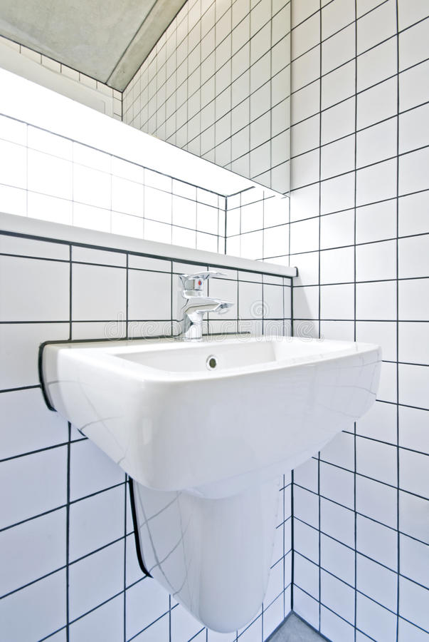 Detalle contemporáneo del cuarto de baño con la pared embaldosada retra imagen de archivo