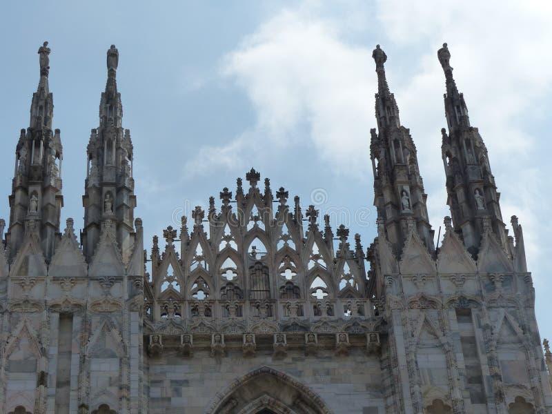 Detalle de algunos spiers de la catedral neogótica de Milán Italia fotos de archivo libres de regalías