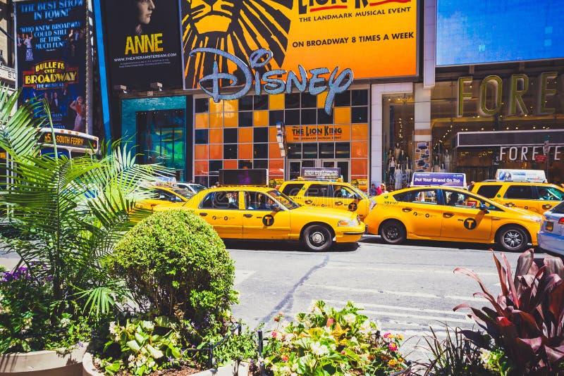 Detalle de Broadway ocupado en Manhattan, NYC con los taxis amarillos y t foto de archivo libre de regalías