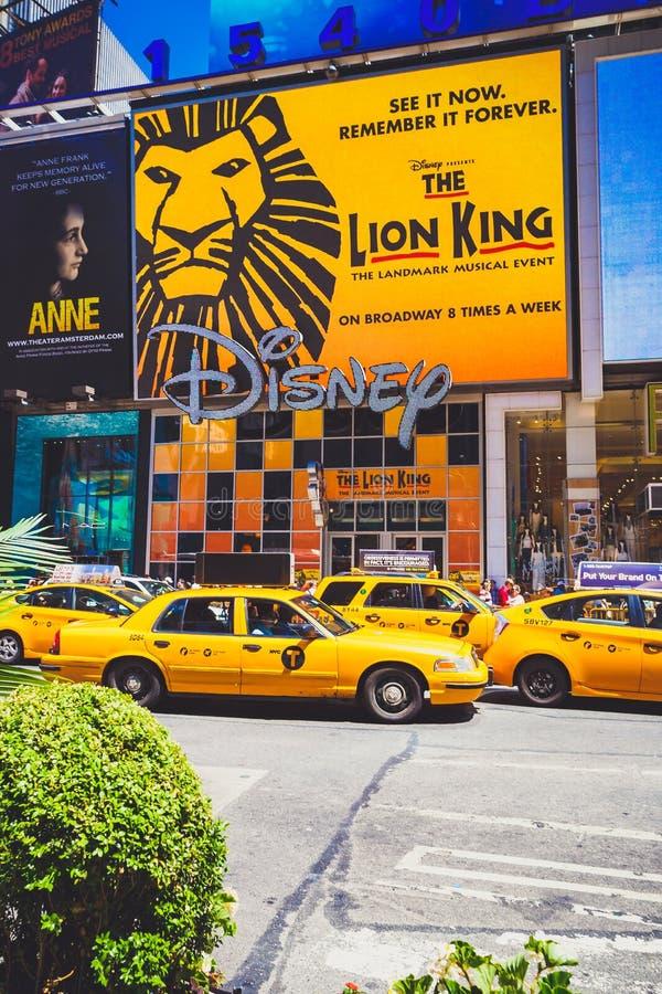 Detalle de Broadway ocupado en Manhattan, NYC con los taxis amarillos y t fotos de archivo